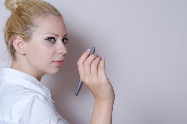 何かを書いている女性
