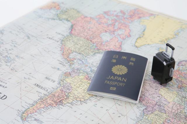 日本のパスポートと地図と旅行カバン
