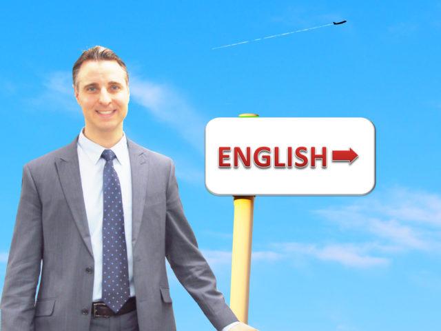 英語の看板を持つ男性
